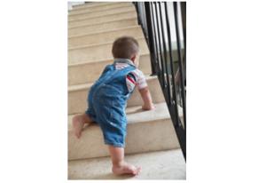 Zo leer je je kind veilig traplopen.