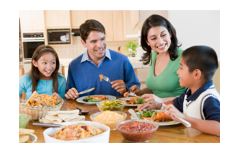 Als gezin aan tafel.